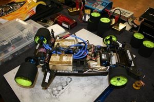 Gros plan sur un prototype Pro10 235mm sur base Team Associated.