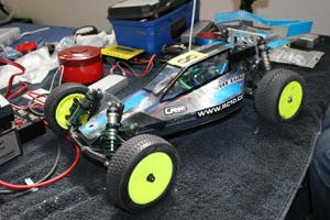 Gros plan sur un prototype tout-terrain 1/10°électrique mid-motor sur base de Team Associated B3 (up-dated).